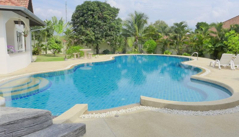 a large pool and a generous outdoor area are the main benefits of this generous property. There are a total of 3 buildings on this 1.600 sqm sized premises. The property is in top shape and built in 2008. The property is nicel :...