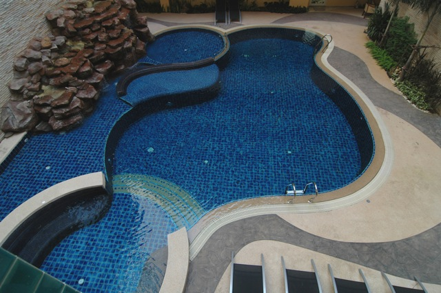 pool_area_of_this_top_modern_2_bedroom_condo_center_pattaya_1