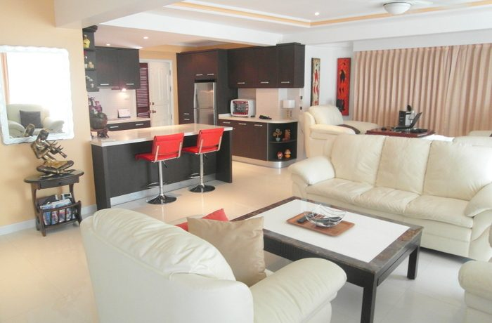 the_bright_and_open_living_area_3