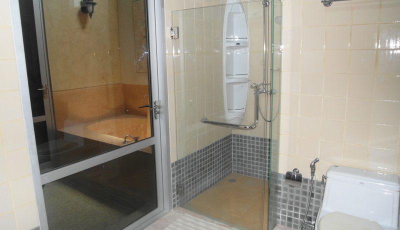 the_master_bedroom_s_en-suite_bathroom__1__1