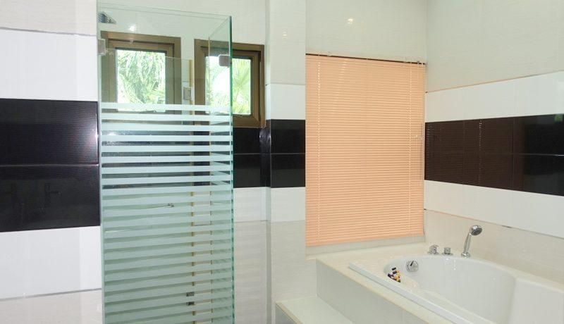 this_bathroom_offers_a_bathtub_5