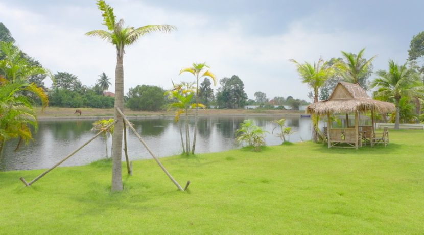 Living right on a lake is a privilege. Offering plenty of light and open space