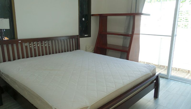 Jomtien Condotel: Could it be any better? The estate offers direct access to a lovely bathing beach and on the other side to the round-the-clock Baht Bus line. All you need can be reached by foot. This is a 4-bedroom house with its own swimming-pool :...