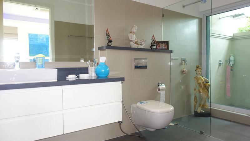 1_of_the_3_en-suite_bathrooms