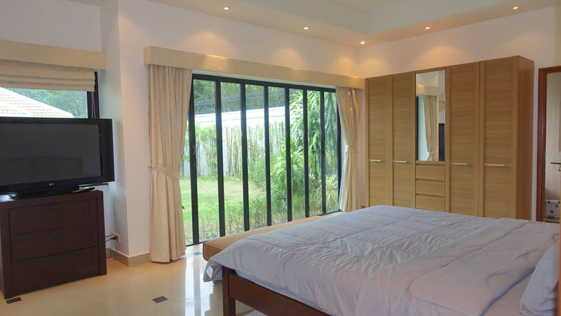 Jomtien Park Villas: Generous 3 plus pool-villa at top location