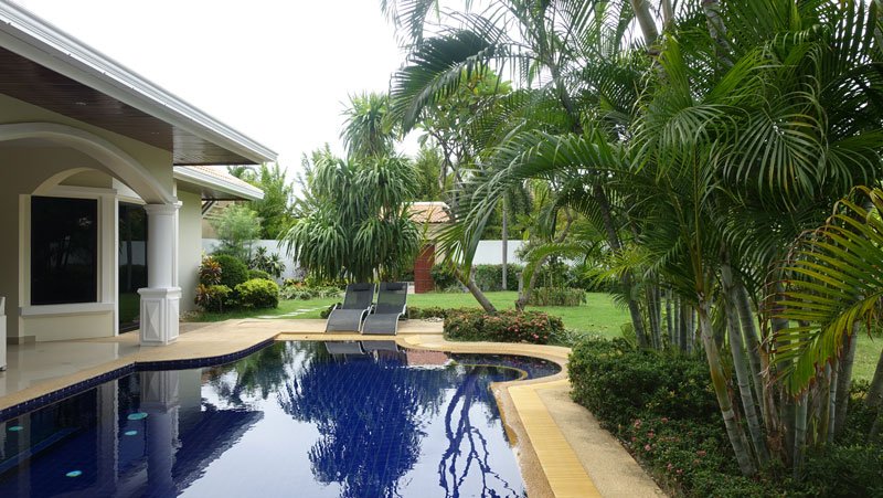 Across_the_pool_to_the_properties_entrance