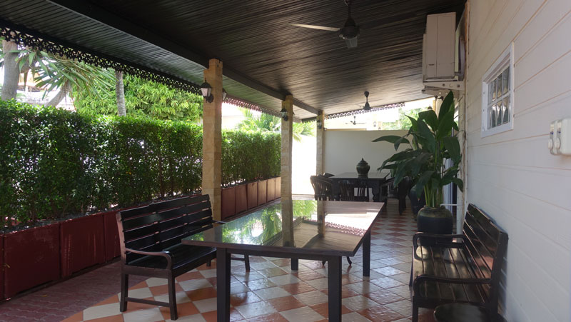 Cosy_outdoor_areas_-_the_bar_is_on_the_opposite_side