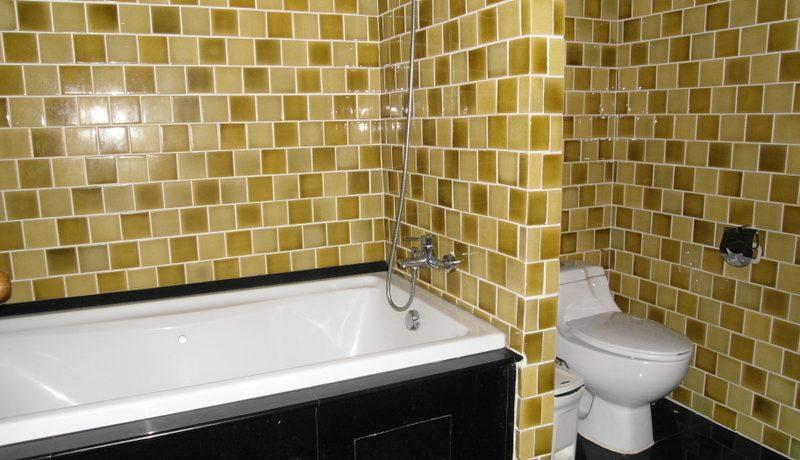 bathroom_with_tub_at_106_sqm_condo_at_nirvana_residence__1