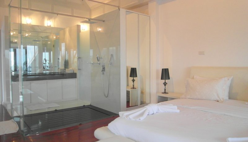 bedroom_with_glass_showers_1