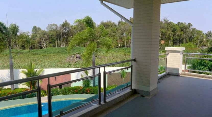 large_l-shaped_balcony_with_views_across_the_country_1