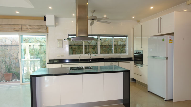 A_closer_look_at_this_well-equipped_open-plan_kitchen